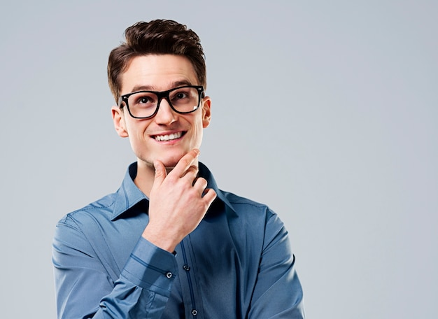 Inteligentny człowiek w okularach patrząc w górę