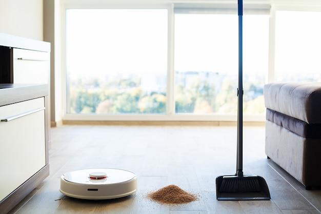 Inteligentny dom, robot odkurzacz wykonuje automatyczne czyszczenie mieszkania w określonym czasie