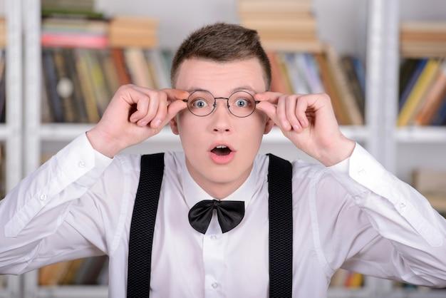 Inteligentny młody człowiek intelehent w koszulę i krawat.