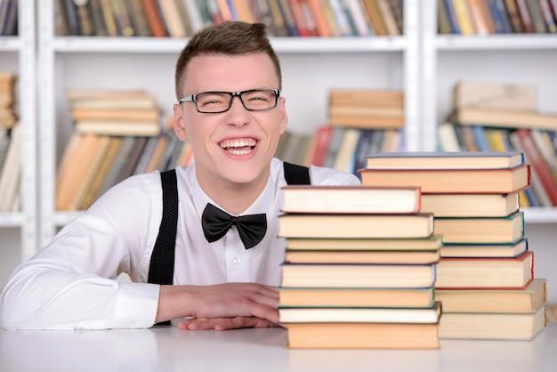 Inteligentny młody człowiek intelehent w krawat koszula i krawat i okulary.