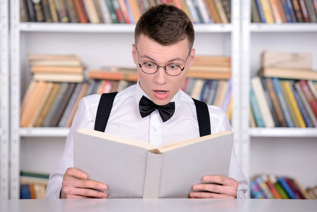 Inteligentny młody człowiek w koszuli i krawata.