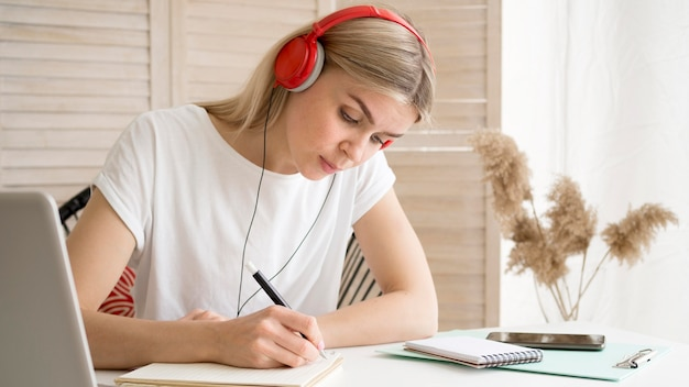 Inteligentny młody student notatek