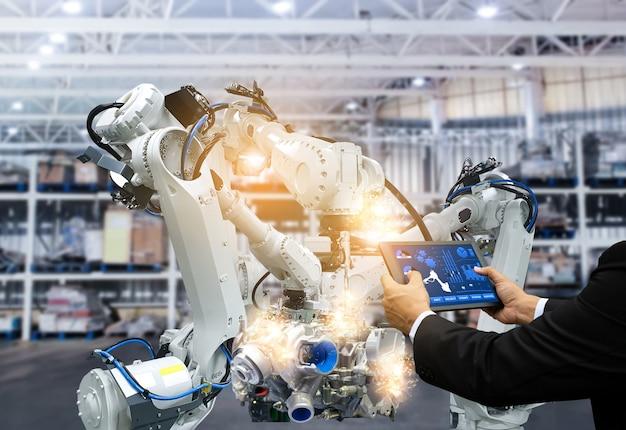 Inteligentny robot zarządzający uzbraja automatyzację sterowania za pomocą ekranu dotykowego w przemyśle produkcji części fabrycznych