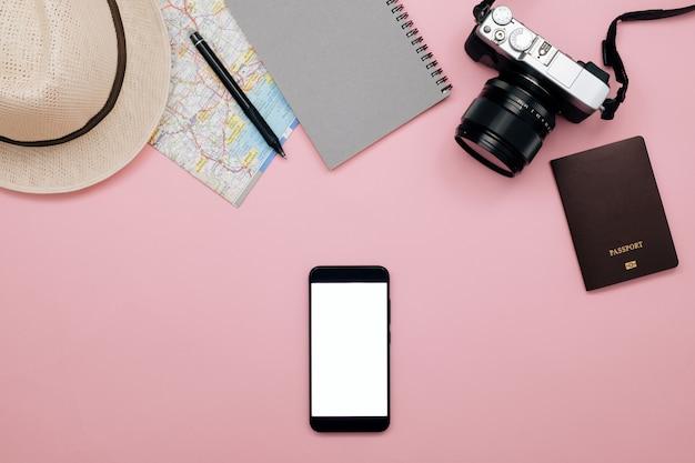 Inteligentny telefon biały ekran, podróżnik koncepcja tło z telefonem i aparat na pastelowym papierze.