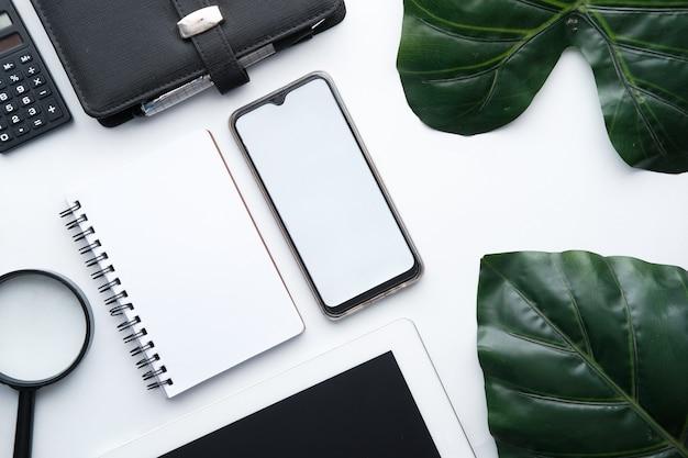 Inteligentny telefon z białym ekranem na białym tle.