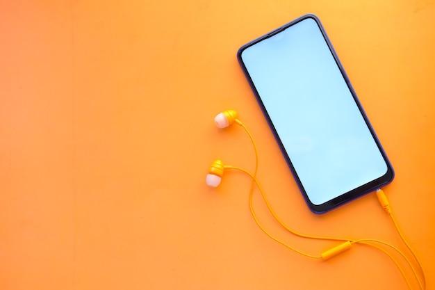 Inteligentny telefon z słuchawką z pustym ekranem na pomarańczowo