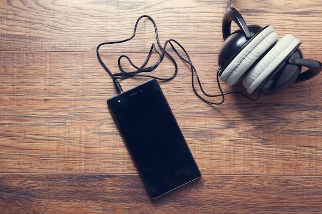 Inteligentny telefon ze słuchawkami