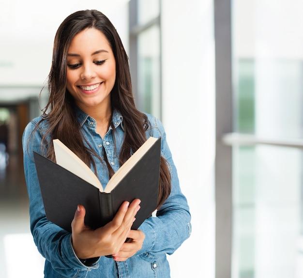 Inteligentny uczeń cieszy się dobrą książkę