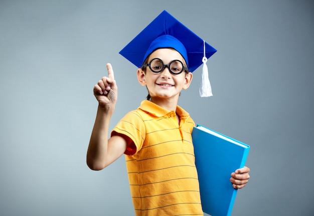 Inteligentny uczeń trzyma plik