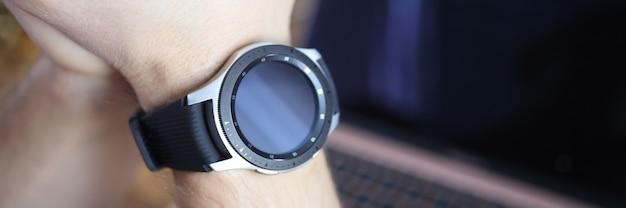 Inteligentny zegarek jest noszony na ręce mężczyzny, nowoczesna koncepcja inteligentnego zegarka