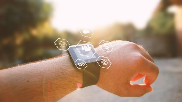 Inteligentny zegarek w chodzącym człowieku