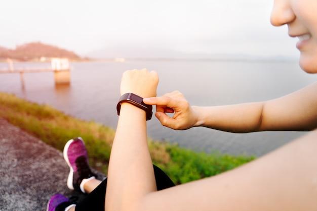 Inteligentny zespół, kobiety dotykające fitnessu po treningu