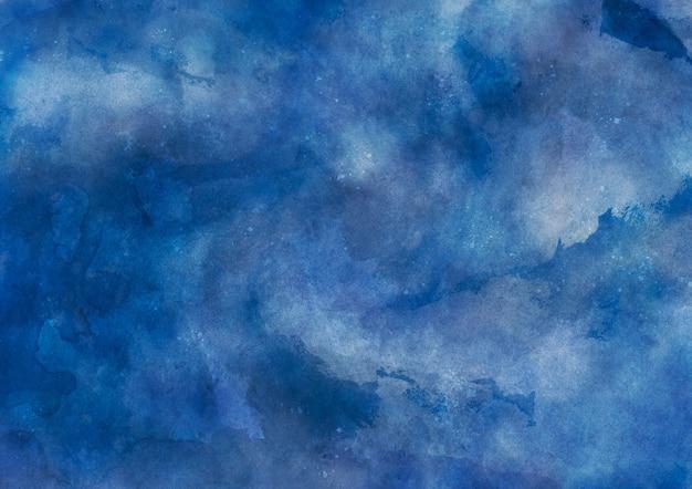 Intensywna niebieska akwarelowa tekstura z pociągnięciami pędzla