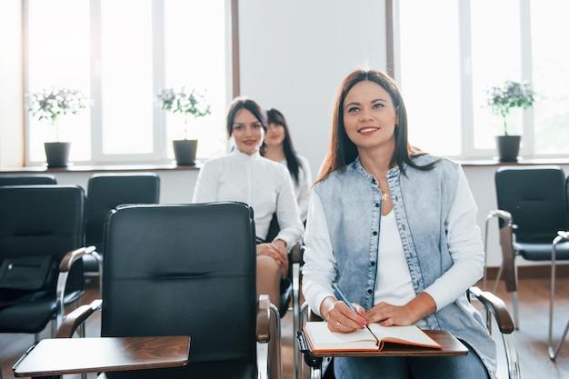 Interesująca informacja. grupa ludzi na konferencji biznesowej w nowoczesnej klasie w ciągu dnia