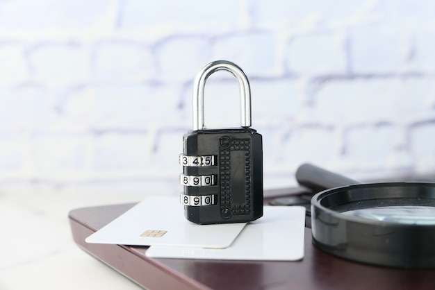 Internet i koncepcja bezpieczeństwa z kłódką na klawiaturze komputera