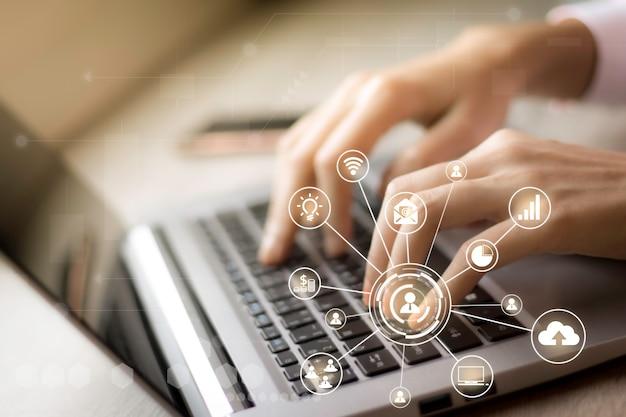 Internet rzeczy futurystyczna technologia ai z wirtualnymi ikonami interfejsu w chmurze media społecznościowe