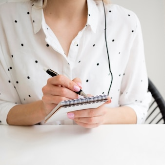 Internetowe kursy zdalne student sporządza notatki