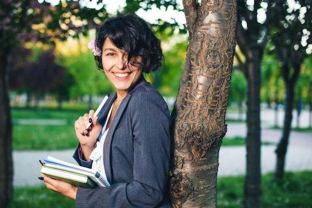 Internetowe studia na świeżym powietrzu w parku