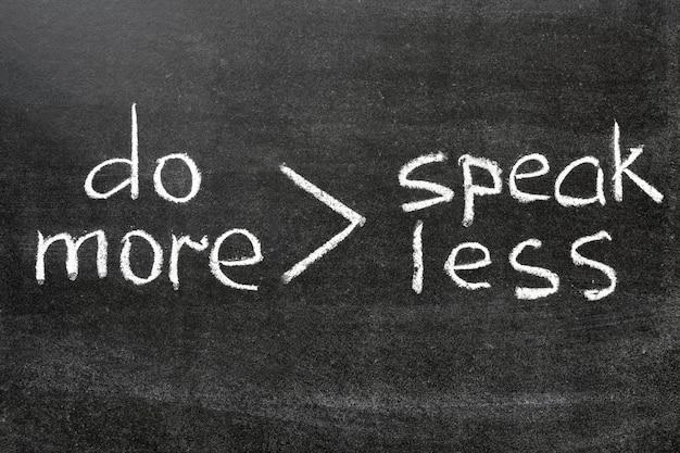 """Interpretacja słynnego wyrażenia """"mów mniej, rób więcej"""" napisanego odręcznie na tablicy"""