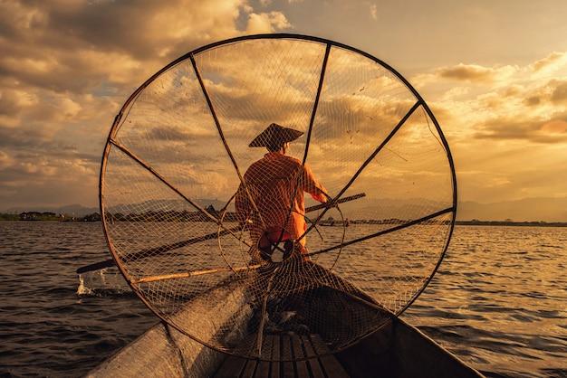 Intha birmańscy rybacy na łódkowatym łapaniu łowią tradycyjnego przy inle jeziorem, shanu stan, myanmar