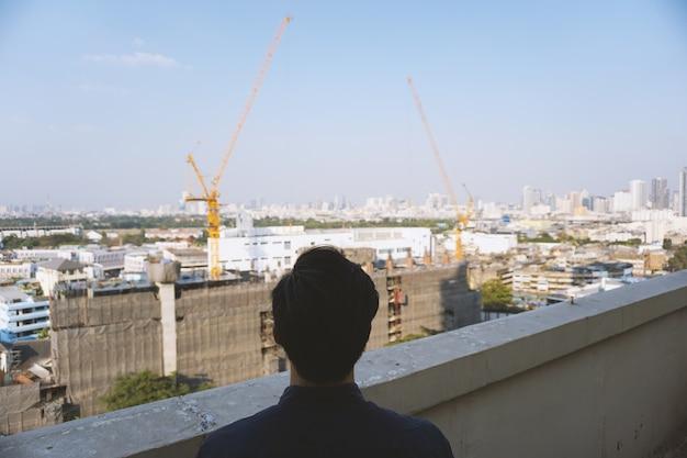 Inwestorzy w nieruchomości patrząc na budynki