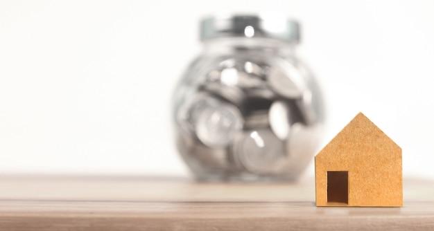 Inwestycja w nieruchomości i hipoteczny dom koncepcja pieniężna stos monet