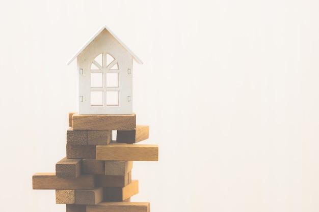 Inwestycje w nieruchomości i koncepcja finansowa domu hipotecznego. ryzyko inwestycyjne i niepewność