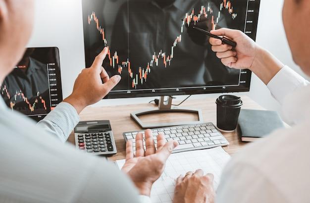 Inwestycyjny rynek akcji przedsiębiorca zespół biznesowy omawiający i analizujący wykres handlu giełdowego, koncepcja wykresu giełdowego