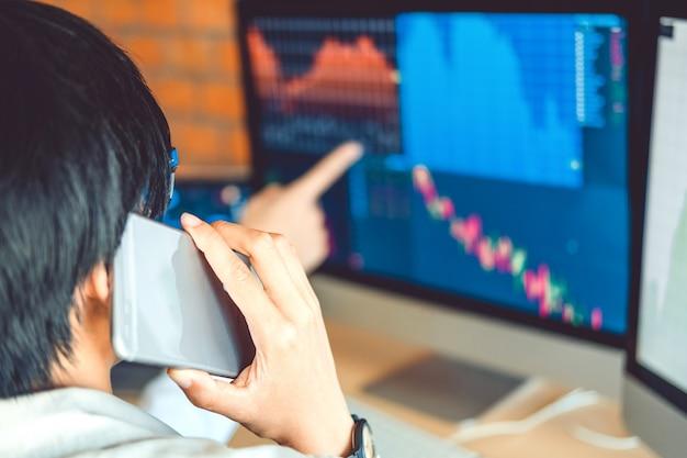Inwestycyjny rynek akcji przedsiębiorca zespół biznesu dyskusji i analizy wykresu