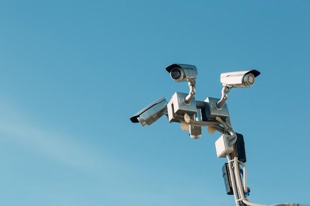 Inwigilaci kamera na niebieskim niebie