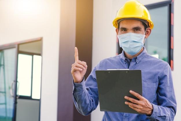 Inżynier architektury inspekcja inżynierska na budowie budynku na miejscu