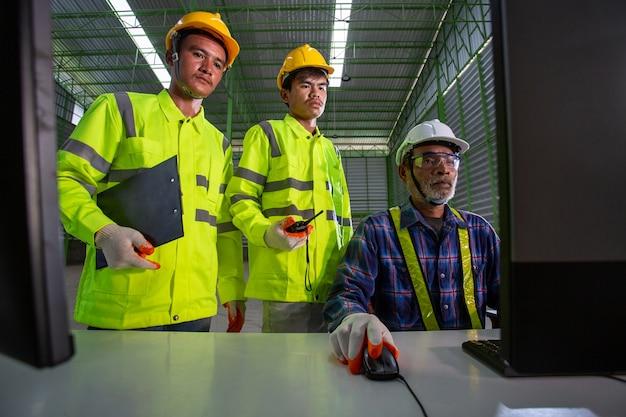 Inżynier azjatyckiego przełożonego skonsultuj się z pracownikami magazynu