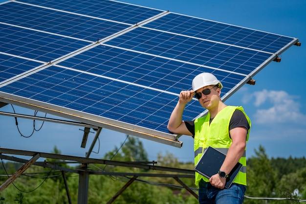Inżynier bazy słonecznej omawia planowanie i konserwację elektrowni słonecznej.