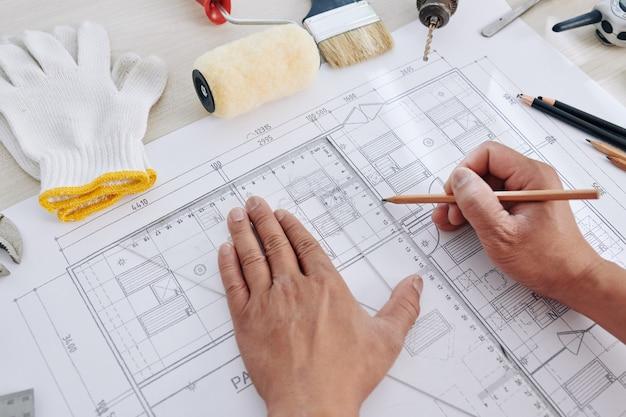 Inżynier budowlany kończący projekt