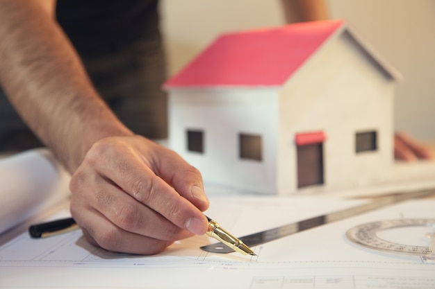 Inżynier budowlany lub architekt pracuje nad kontrolą planu w miejscu pracy