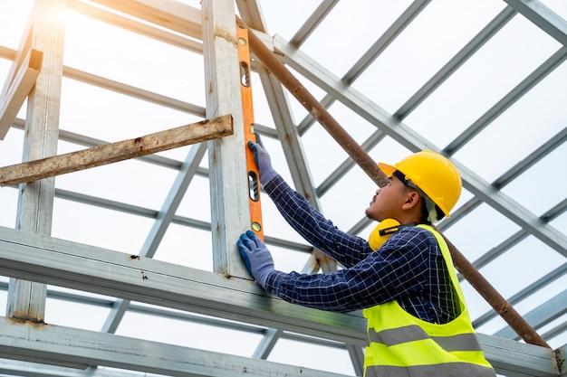 Inżynier budowlany mierzy na budowie, inżynierowie pracują na budowie.