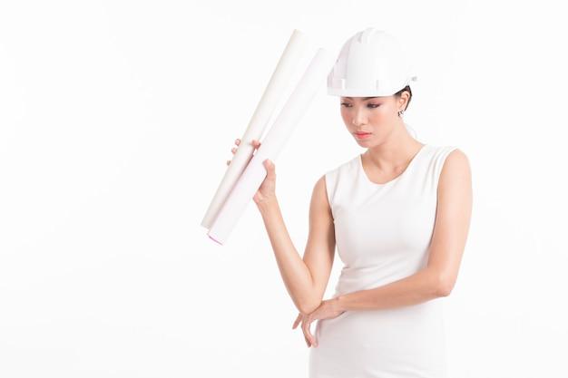 Inżynier budowlany, trzymając papier kreślarski