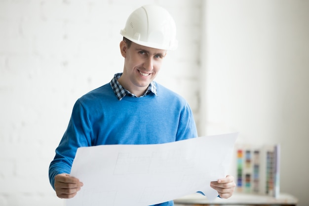 Inżynier budowlany w hardhat