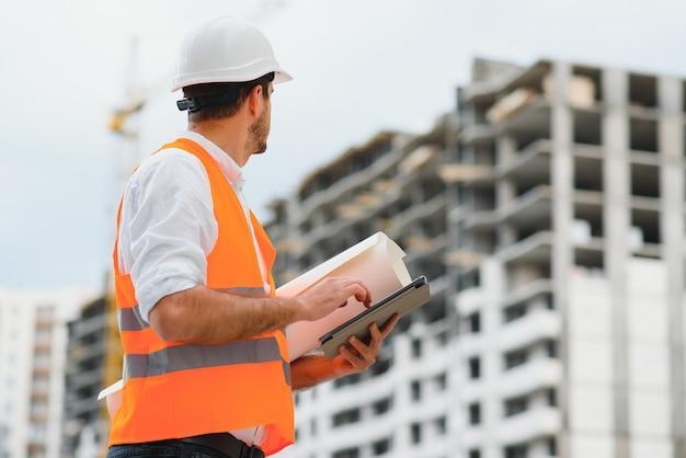 Inżynier budownictwa w kamizelce odblaskowej i kasku