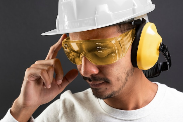 Inżynier budownictwa w okularach ochronnych i kasku