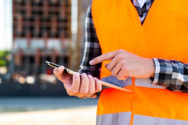 Inżynier budowy close-up za pomocą tabletu