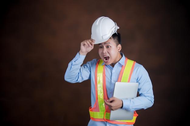 Inżynier człowiek, pracownik budowlany przestraszony w szoku