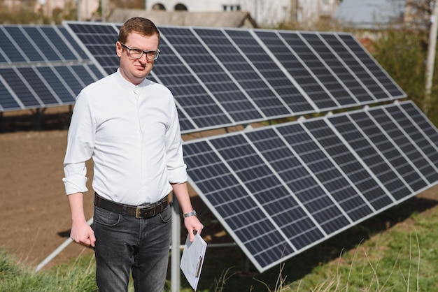 Inżynier człowiek w pobliżu panelu słonecznego