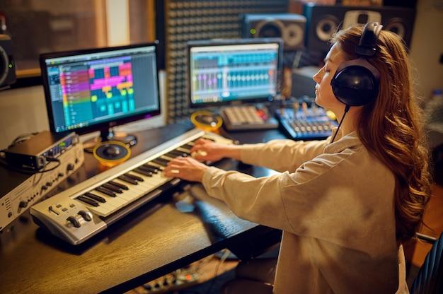 Inżynier dźwięku na konsoli miksującej