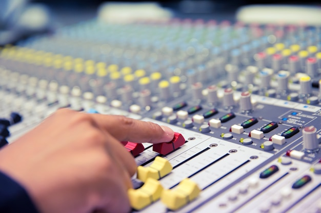 Inżynier dźwięku przetestuj system audio.