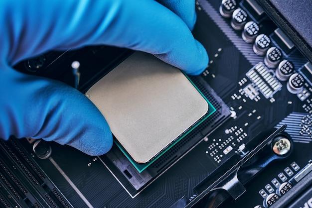 Inżynier elektronik technologii komputerowej. instalowanie procesora na płycie głównej. koncepcja naprawy komputera, technika i przemysłu.