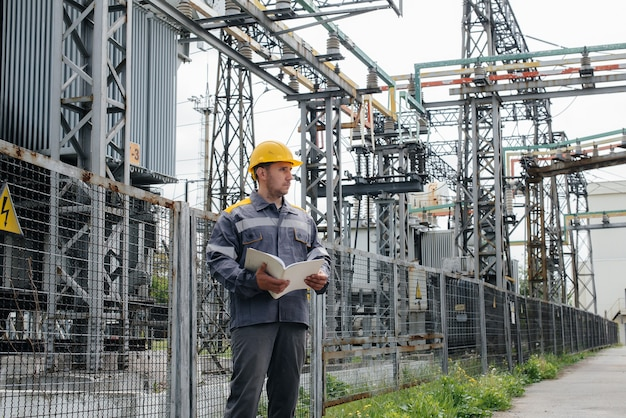 Inżynier energetyczny sprawdza wyposażenie podstacji. inżynieria energetyczna. przemysł.