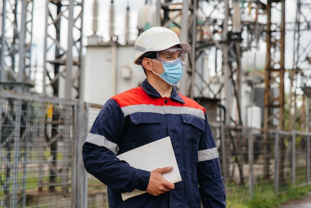 Inżynier energetyczny sprawdza wyposażenie podstacji