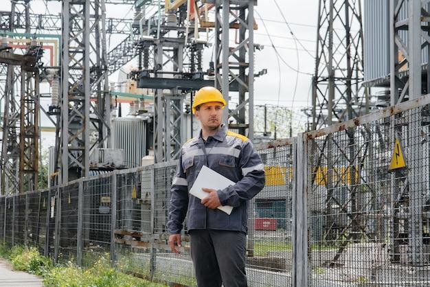 Inżynier energetyki sprawdza wyposażenie podstacji.