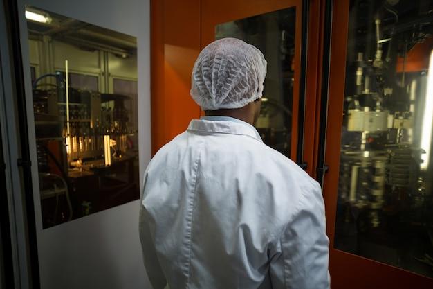 Inżynier fabryczny patrzeje maszynę
